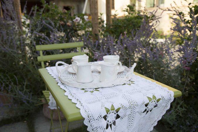 Carossi B&B - Tavolino in giardino