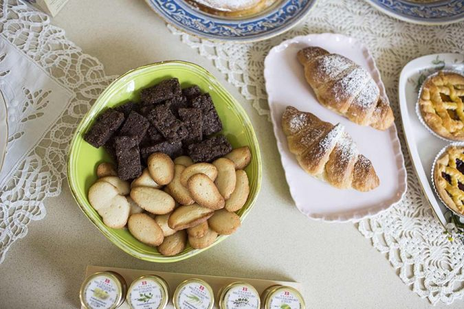 Colazione con biscotti e brioche
