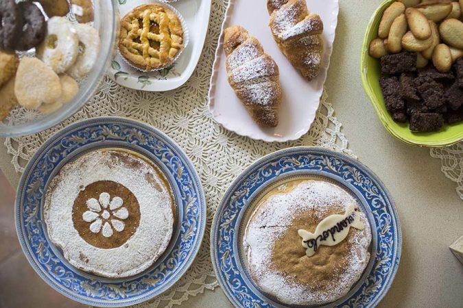 Colazione con torte e dolci vari