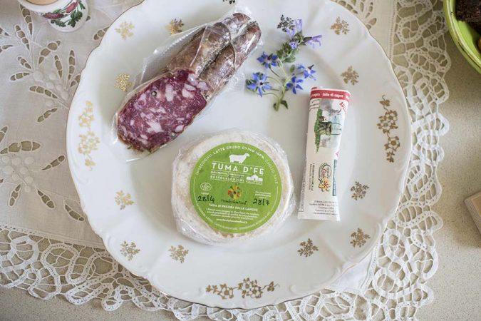 Colazione con salame fresco e formaggio