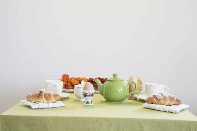 Tavolo apparecchiato per la colazione