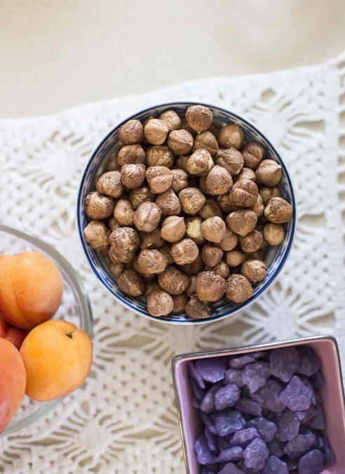 Colazione con nocciole piemontesi e frutta fresca